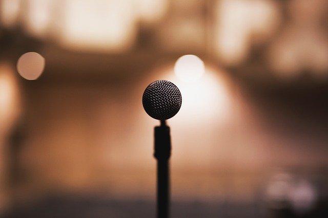 mikrofon na podiu