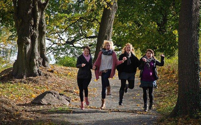 skupina žen na procházce přírodou