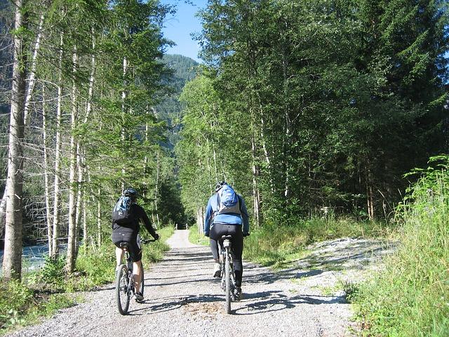 muž a žena v přírodě na kole